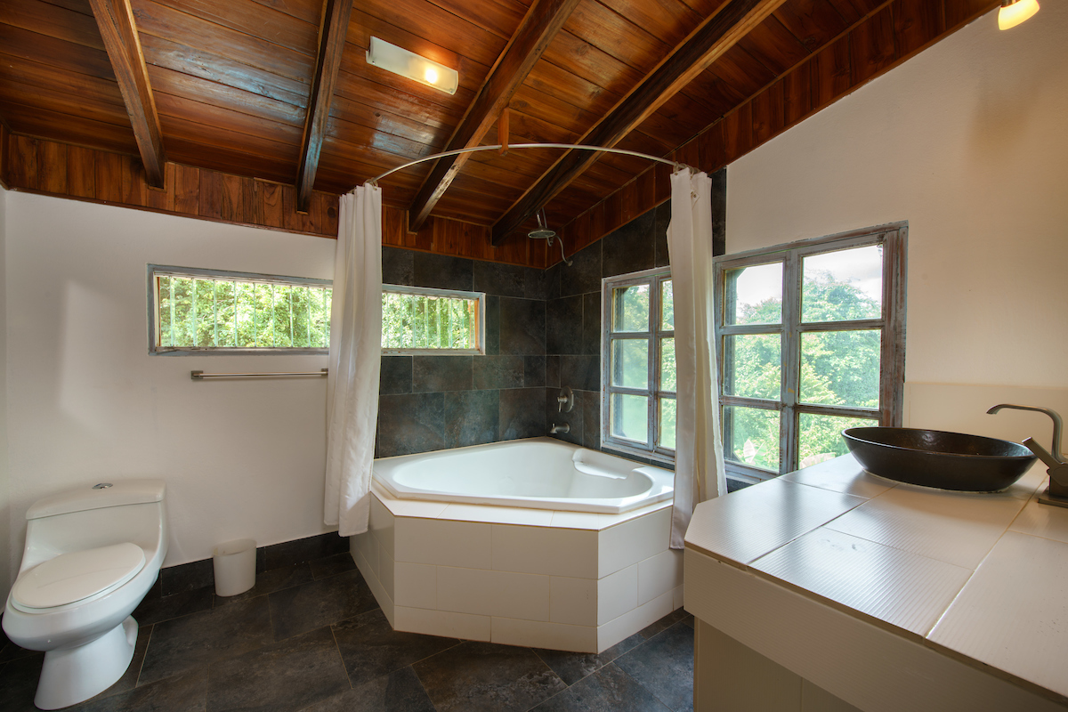 Villa Herrmanita master bathroom