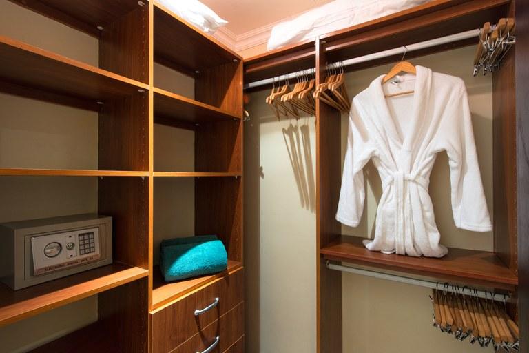 Malinche 12A walkin closet